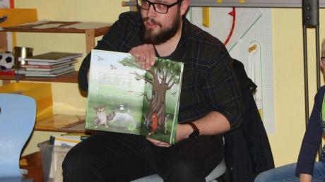 """Sebastian Steuger las in Langerringen aus dem Kinderbuch """"Herr Uhu macht Urlaub"""" vor."""