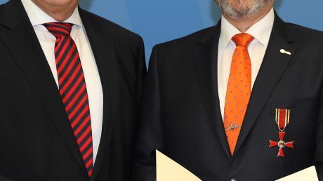 Bayerns Innenminister Joachim Herrmann hat bei einem Festakt in München Armin Falkenhein aus Bobingen das Bundesverdienstkreuz am Bande überreicht.