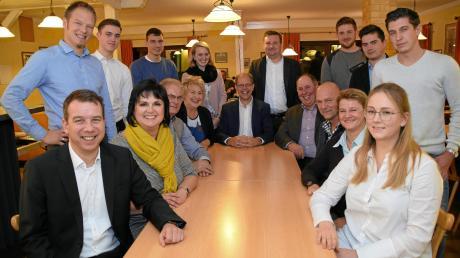 CSU-Ortsvorsitzender Rüdiger Landto (vorne links) präsentierte neben dem Bürgermeisterkandidaten Andreas Scharf (Bildmitte) die Bewerber seiner Partei um die Sitze im Gemeinderat. Foto: Uwe Bolten