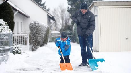Vor dem eigenen Haus den Schnee wegzuräumen ist meist schon Arbeit genug. Deswegen tun sich Nachbarschaftshilfen schwer, Freiwillige zum Räumen zu finden.