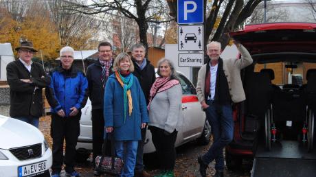 Sie unterstützen das Carsharing in Bobingen: (von links) Unternehmer Bernd Volland, Vereinsvorsitzender Jürgen Müller, Hauptamtsleiter Thomas Ludwig, Katja Treischl (Grüne), Bürgermeister Bernd Müller, Monika Müller-Weigand (Grüne) und Initiator Fred Theiner.