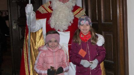 Der Nikolaus beschenkte an der Kirchenpforte Kinder.