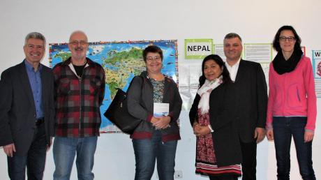 Sie setzen sich für den Bau einer Schule in Nepal ein. Von links: Bürgermeister Rudolf Schneider, Heribert und Andrea Scherb, Kalpana Brem-Shrestha, Markus Brem und Schulleiterin Ulrike Nett.
