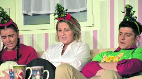 """""""Fröhliches"""" Weihnachtsliedsingen im Familienkreis mit (von links) Tochter Jenny (Emilia Meyer), Mutter Simone (Sandra Lemcke) und Sohn Florian (Adam Rustler)."""