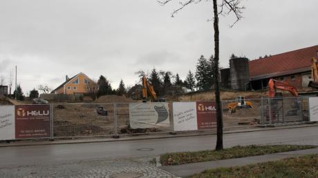 Für das Ärzte- und Pflegezentrum Schorerhof wird der Hang an der Hauptstraße vollständig abgetragen.