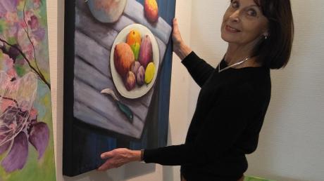 Für die neue Ausstellung in der Bobinger Wertachklinik wählte Regine Lueb als Kontrast zur herbstlichen Tristesse Bilder in kräftigen Farben aus.