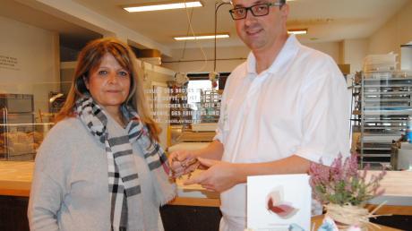 Mirela Wollner und Bäckermeister André Heuck freuen sich auf das süße Gebäck, welches zugunsten der Hospizgruppe verkauft wird.