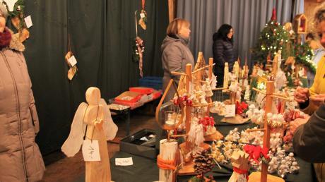 Eine große Auswahl an Advents- und Weihnachtsdekorationen für drinnen und draußen bot der Bastelkreis auf dem Obermeitinger Adventsmarkt im Feststadel an.