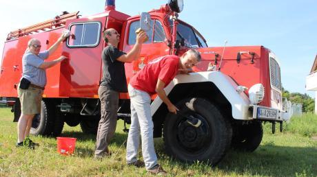 Die Pflege alter Feuerwehrfahrzeuge ist nicht nur zeitintensiv, sondern auch teuer. Die Oldtimerfreunde der Feuerwehr haben jetzt bei der Stadt einen Projektzuschuss für ihre Arbeit beantragt. Von links: Ralf Josef Herrmann, Armin Stohrer und Vereinsvorsitzender Robert Gebauer.