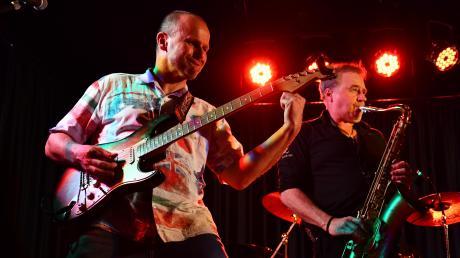 Der Gitarrist Hendrik de Rijke mit dem Special Guest Lee Mayall am Saxofon im Bürgerhaus Graben.