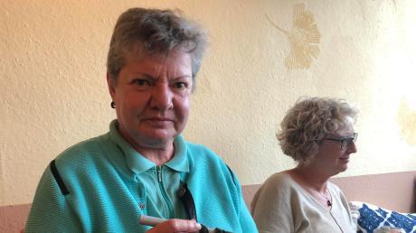 Bis Februar wird samstags im Café Ginkgo gehäkelt. Ute Kochinke (links) will nicht immer nur über das Problem des Plastikmülls reden.