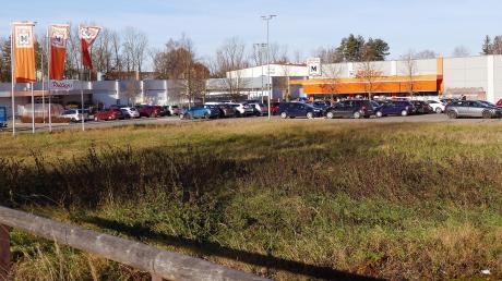 Hier könnte bald ein Fastfood-Restaurant entstehen. Lidl und Drogeriemarkt Müller planen Neubauten auf dem Areal am Mini-Kreisel am Bobinger Bahnhof.