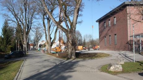 Die Bushaltestelle soll an der Bahnhofstraße auf Höhe des alten Bahnhofsgebäudes (rechts) eingerichtet werden.