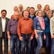 Mit Peter Daake (links) als Bürgermeisterkandidat und einer kompletten Liste stellt das Bündnis Lechfeld seine Bewerber um Sitze im Untermeitinger Gemeinderat vor.