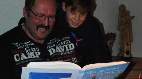 Gemeinsam blättern Wolfgang Liebetrau und Sohn Andreas in dem selbst zusammengestellten und getexteten Buch über ihre Heimat Wehringen.