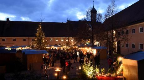 Stimmungsvoll mit vielen Lichtern ist der Weihnachtsmarkt im Klosterhof von Oberschönenfeld vor allem in den Abendstunden wie im vorigen Jahr.