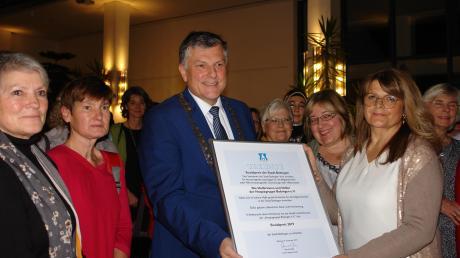 Mit Freude nahm Mirela Wollner von Bürgermeister Bernd Müller die Ehrenurkunde über die Verleihung des Sozialpreises 2019 entgegen. Mit ihr freuten sich die Mitarbeiter der Hospizgruppe (hinten).