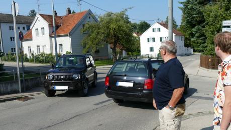 Die Anwohner in der Römerstraße haben Angst um ihre Kinder und um die Zäune. Sechs Unfälle in einem Jahr sind zuviel.