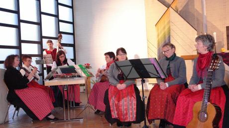 Volkstümliches aus dem Voralpenland steuerten die Stubenmusik Holzhauser (links) und die drei Sängerinnen aus Ettringen bei.
