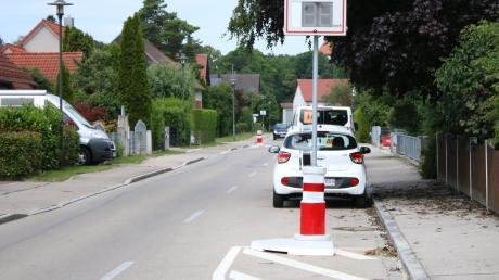 Die sogenannten Verkehrswächter in der Kleinaitinger Lechfeldstraße und die angebrachten Markierungen sind nicht nur im Gemeinderat umstritten. Eine Lösung ist noch nicht gefunden.