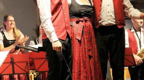 Am Ende des Konzerts nahmen die beiden Schlagzeuger Fabian Lechner (links) und Stefan Weihmayer ihre Dirigentin Daniela Rid in die Mitte und ließen sich bejubeln.