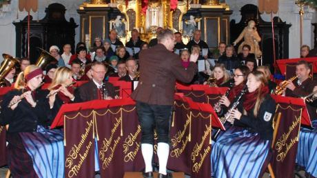 Die Schmuttertaler Musikanten und der Kirchenchor Mickhausen-Walkertshofen läuteten in der Pfarrkirche St. Wolfgang die Weihnachtszeit ein.