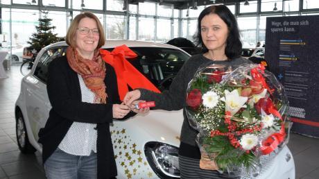 Berit Völkel (links) hat das gewonnene Auto ihrer Freundin Marina Germann geschenkt.