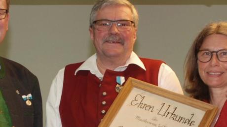 Adolf Hägele wurde für 50-jährige Treue zur Blasmusik in Walkertshofen ausgezeichnet.