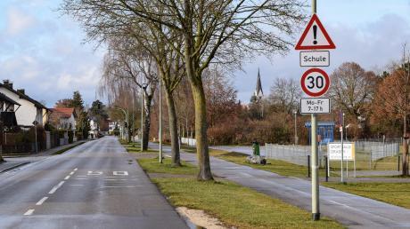 Das Ende der Geschwindigkeitsbegrenzung ist für viele Autofahrer nicht ersichtlich. Die ebenfalls verwirrende Markierung auf der Fahrbahn soll bei der Sanierung der Lechfelder Straße verschwinden.
