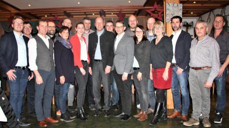 Das sind die CSU-Kandidaten für den Gemeinderat in Langerringen. Landrat Martin Sailer (Mitte) gratuliert Bürgermeisterkandidat Marcus Knoll (rechts daneben).
