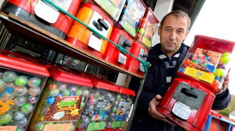 Gerhard Jahn besitzt Tausende Kaugummi-Automaten. Seit über 25 Jahren wartet, befüllt und bestückt er in ganz Süddeutschland die rot-weißen Metallkästen, die vor 60 Jahren ihren Siegeszug in Deutschland angetreten haben.