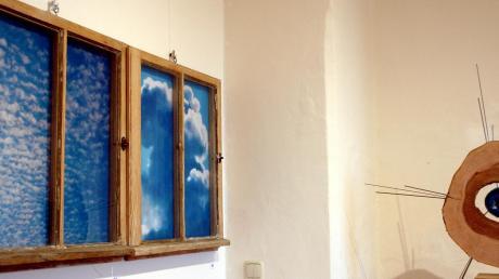 """Objekte mit Blau: Jörg-Peter Krügers Installation und Klaus Philipps Objekt """"Blue Sun""""."""