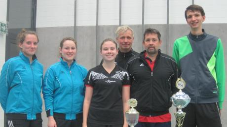 Die Erstplatzierten der Tischtennis-Vereinsmeisterschaft: (von links) Veronika Reisacher, Mirjam Wundlechner und Sarah Strack sowie Martin Poschag, Thomas Beintner und Miklas Kraft.
