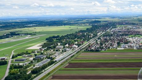 Bürgermeister Andreas Scharf plädierte klar gegen den Erhalt der alten Lärmschutzzonen, die große Teile Lagerlechfelds (rechts) beinhalten.