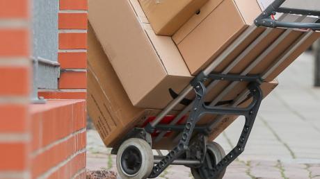 Mehrere Pakete sind in Bobingen aus einem Zustellerfahrzeug verschwunden.