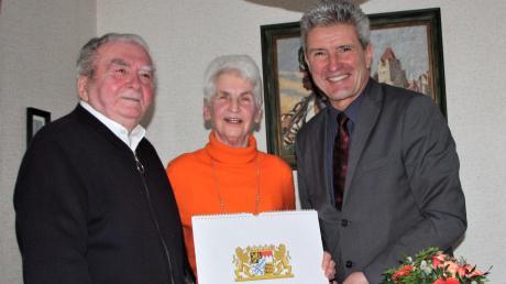 Bürgermeister Rudolf Schneider (rechts) gratulierte Anton und Marianne Erker zur Eisernen Hochzeit.