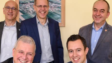 Mit einem symbolischen Tastendruck gab Europaabgeordneter Markus Ferber (links) und Christoph Kuchenreuther (The Cloud) mit den Bürgermeistern (von links) Erwin Goßner, Andreas Scharf und Rupert Viehl das WLAN frei.