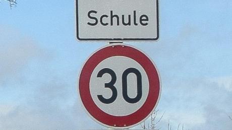 Dieses Verkehrszeichen legt die Gültigkeit der Geschwindigkeitsbegrenzung auf die Länge der Gefahr fest. Diese endet dann automatisch.