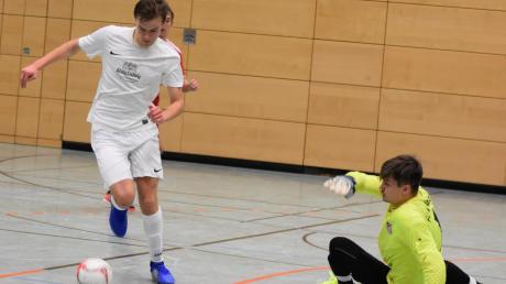 Adrian Schlosser (am Ball) hat sich vergangenes Wochenende mit dem TSV Bobingen schon für das Finalturnier Ende Dezember in Fischach qualifiziert. Am Sonntag werden die noch fehlenden drei Teams ermittelt.