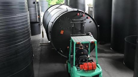 Ein Mitarbeiter der Schwaben-Kunststoff Chemietank- und Apparatebau aus Langenneufnach bereitet hier gerade einen Lagerbehälter zum Verladen vor.
