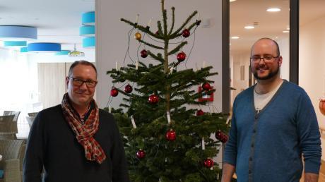 Markus Schimpel (links) und Julian Mann zeigen, wie weitläufig und gemütlich das neue AWO-Seniorenheim geworden ist. Reihum gibt es Sitzecken und Nischen, die zur besseren Orientierung in verschiedenen Farben gehalten sind.