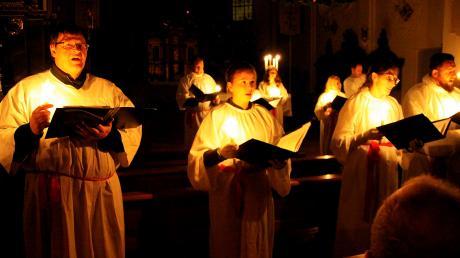 Das Sankta-Lucia-Konzert des Vocalensembles Landsberg stimmte die Besucher in der voll besetzten Langerringer Pfarrkirche St. Gallus mit Kerzenschein und klangvollem A-cappella-Gesang auf die Weihnachtszeit ein.  Foto: Sybille Heidemeyer