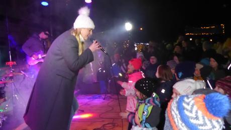 Nathalie Rohrer präsentierte begleitet von Musikern der Musikschule fröhliche Kinder- und Weihnachtslieder.