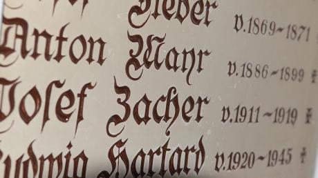 In der Kirche von Hiltenfingen wird auf einer Tafel an die verstorbenen Pfarrer der Gemeinde erinnert.