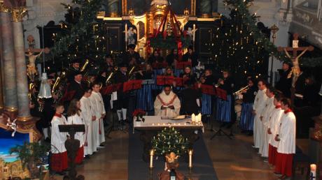 Mit stimmungsvollen Weihnachtsliedern gestalteten die Schmuttertaler Musikanten unter der Leitung von Philipp Ramminger die Christmette in Mickhausen.