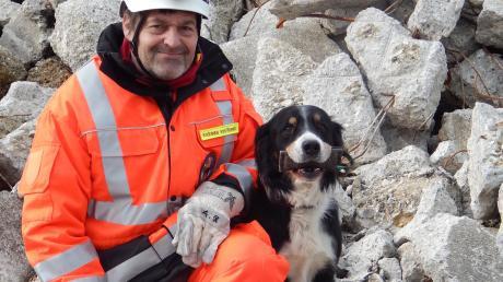 """Rettungshund Tschako bewältigte die Trümmerprüfung mit der Suche nach drei """"Verletzten"""" in einer Rekordzeit von 42 Sekunden."""