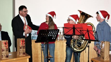 Bürgermeister Konrad Dobler bedankte sich mit kleinen Geschenken bei der Bläserqruppe der Musikschule für die Umrahmung der Jahresschlusssitzung.