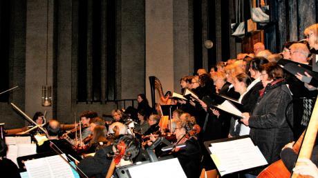 Chorregent Stefan U. Wagner dirigierte den Chor und das Orchester St. Michael von der Empore aus über der voll besetzten Kirche.
