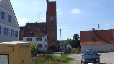 Auf diesem Areal im Fischacher Ortsteil Willmatshofen, in unmittelbarer Nähe zur Kirche St. Vitus, errichtet die Marktgemeinde das neue Feuerwehrgerätehaus.