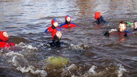 In die eiskalten Fluten der Wertach hatten sich voriges Jahr wieder Wagemutige beim Dreikönigsschwimmen der Wasserwacht gestürzt.